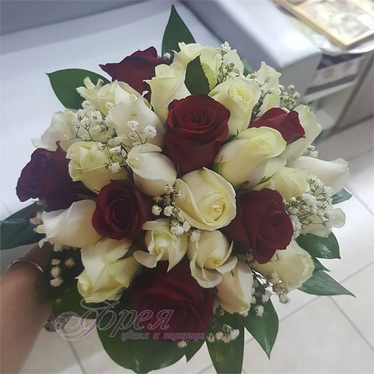 Булчински букет - Бели и червени рози