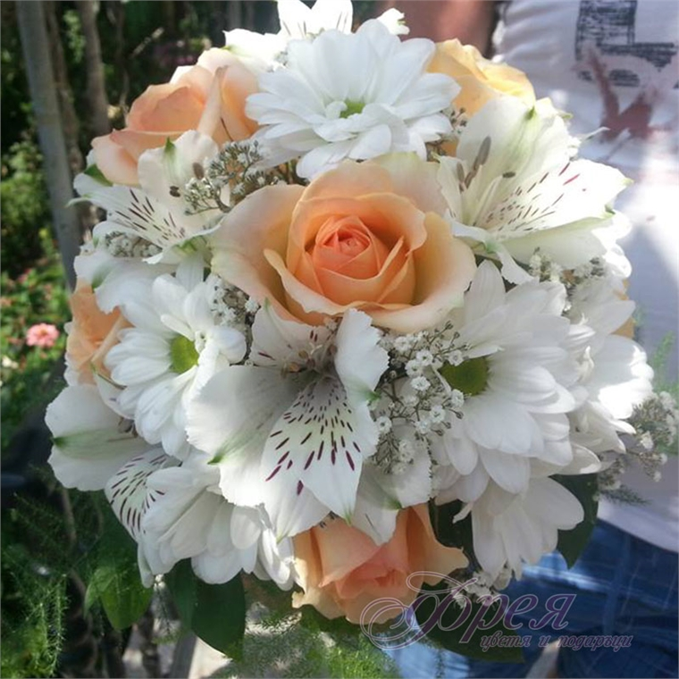 Булчински букет - Бели хризантеми и кремави рози