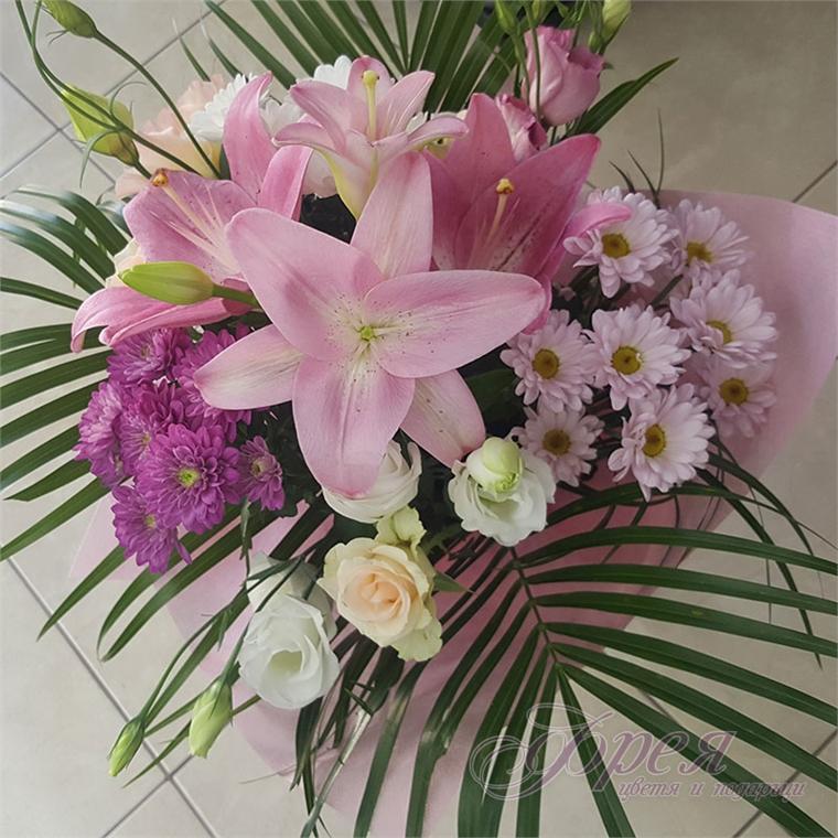 Букет от различни цветя в розово