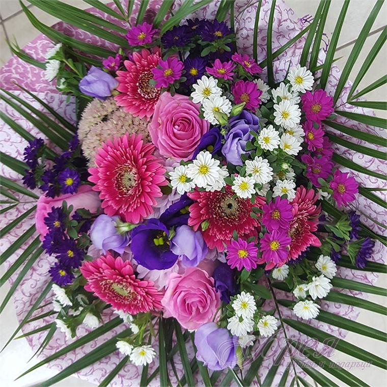 Букет от различни цветя в лилаво и цикламено