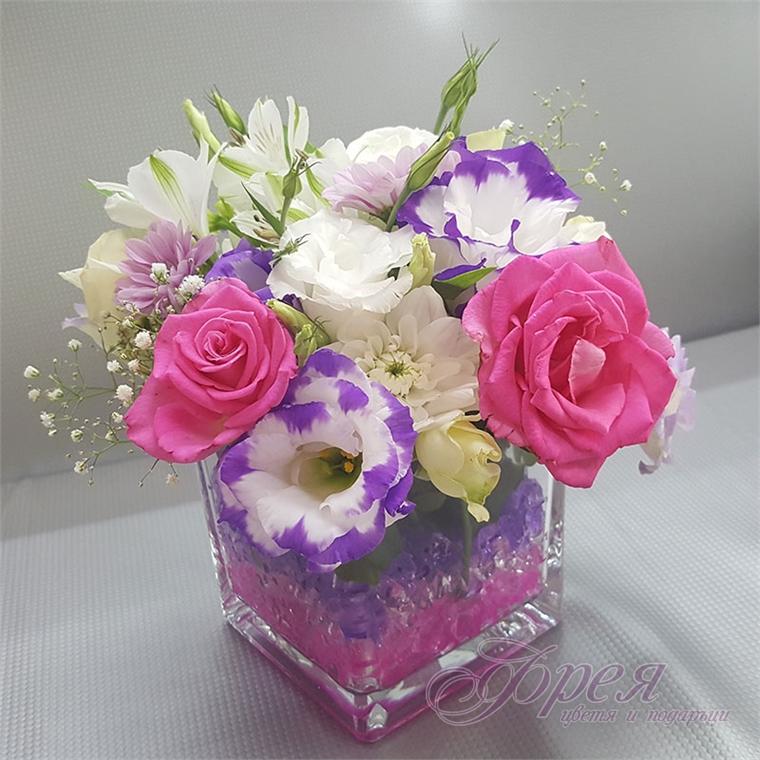 Стъклен съд с различни цветя