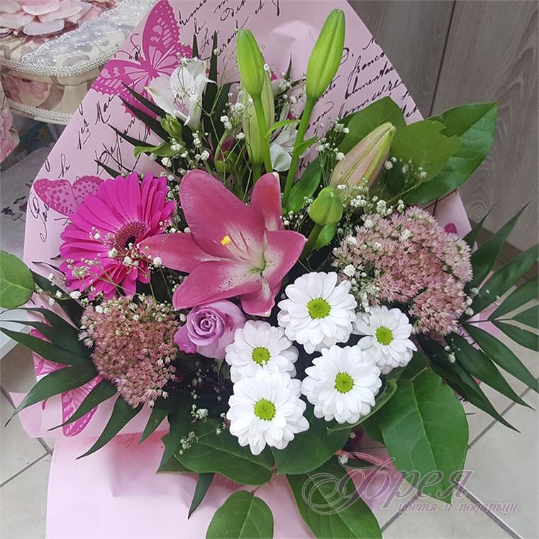 Букет с различни цветя