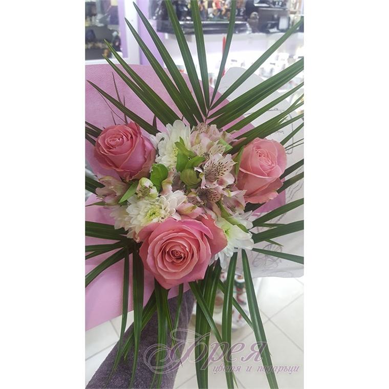 Букет от рози с аустромерия и хризантема