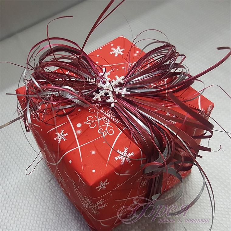 Опаковка в червено с коледни мотиви