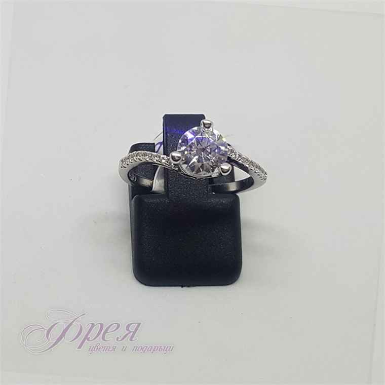 Сребърен пръстен с циркони - класически с акцентиращи камъни