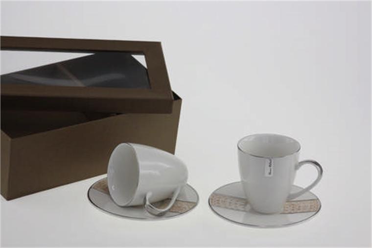 Чаши със сребрист кант и чинийки с кръгла форма