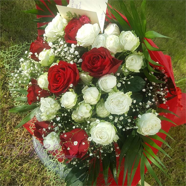 Букет от бели и червени рози