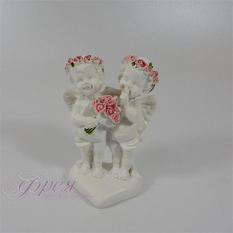 Фигурка на ангелчета с рози