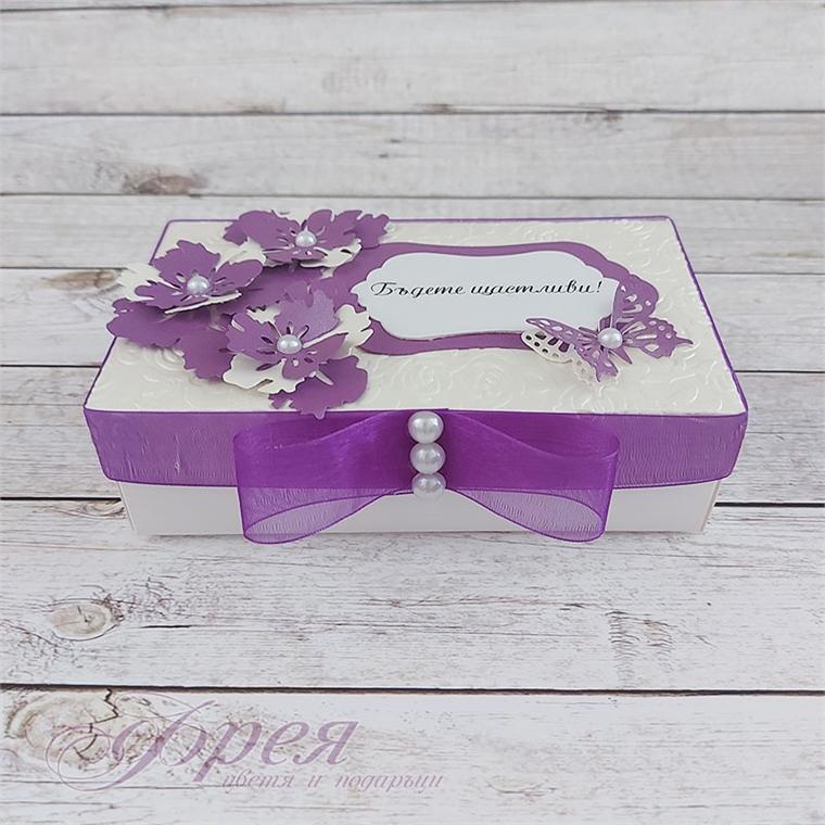 Кутийка за пари в бяло и лилаво